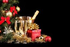 Natal ou véspera de Ano Novo Champagne e presentes sobre o preto Foto de Stock Royalty Free