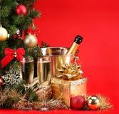 Natal ou véspera de Ano Novo Champagne e presentes sobre o vermelho Fotos de Stock