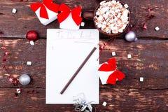 Natal para fazer o copo da lista do cacau ou do chocolate quente com o marshmallow no fundo de madeira Configuração lisa conceito Foto de Stock Royalty Free