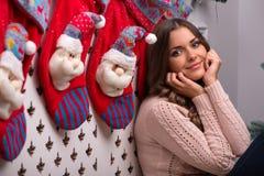 Natal pendente da menina bonita Fotos de Stock Royalty Free