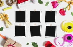 Natal, preparação dos presentes dos Valentim com quadros vazios da foto, na tabela branca Fotos de Stock Royalty Free