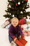 Natal - presentes bonitos da abertura da criança Fotos de Stock Royalty Free
