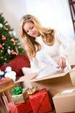 Natal: Presentes da embalagem da mulher na caixa de transporte Foto de Stock Royalty Free