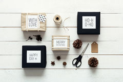 Natal retro, envolvendo a opinião da mesa da estação de cima de, xmas de DIY Fotografia de Stock Royalty Free
