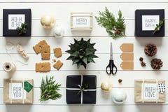 Natal retro nórdico elegante, envolvendo a estação, opinião da mesa de cima de Imagens de Stock
