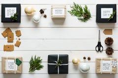 Natal retro nórdico elegante, envolvendo a estação, opinião da mesa de cima de Imagem de Stock