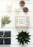 Natal retro nórdico elegante, envolvendo a estação, opinião da mesa de cima de, compra em linha Fotografia de Stock Royalty Free