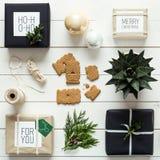 Natal retro nórdico elegante, envolvendo a estação, opinião da mesa de cima de, xmas de DIY Imagens de Stock