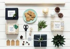 Natal retro nórdico, envolvendo a estação, opinião da mesa de cima de, conceito do xmas de DIY Fotografia de Stock