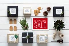 Natal retro nórdico, envolvendo a estação, opinião da mesa de cima de, conceito em linha da compra Imagens de Stock Royalty Free