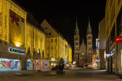 Natal rua-Nuremberg de compra, Alemanha-noite Imagem de Stock