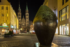 Natal rua-Nuremberg de compra, Alemanha-noite Fotos de Stock Royalty Free