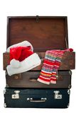 Natal Santa Clothers na mala de viagem, isolada no branco Fotos de Stock Royalty Free