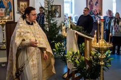Natal serviço 7 de janeiro de 2016 ortodoxo na igreja da região de Kaluga em Rússia Imagens de Stock