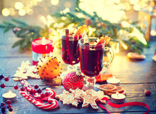 Natal tradicional bebida quente ferventada com especiarias do vinho Tabela do Natal do feriado Imagens de Stock