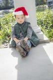 Natal vestindo Santa Hat do menino deprimido da raça misturada fotografia de stock