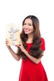Natal, x-mas, inverno, conceito da felicidade - mulher de sorriso no vestido vermelho com caixa de presente Fotografia de Stock Royalty Free