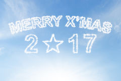 Natale allegro 2017 e nuvola di stella su cielo blu Fotografia Stock Libera da Diritti