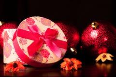 Natale arrotondato del contenitore di regalo Immagine Stock