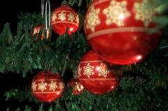 Natale Baubels in un albero Fotografie Stock Libere da Diritti