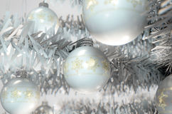 Natale Baubels in un albero Immagine Stock