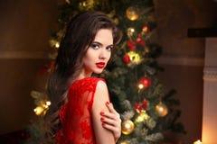 Natale Bella donna sorridente Unghie del manicure Trucco guar immagine stock