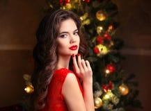Natale Bella donna sorridente Unghie del manicure Trucco guar immagine stock libera da diritti
