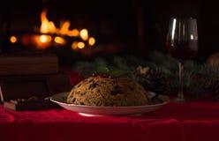 Natale budino e luce di natale sulla tavola di legno Immagine Stock