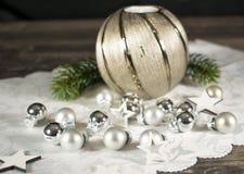 Natale, candela con il ramo e pallottole dell'argento Fotografie Stock Libere da Diritti