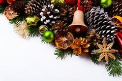 Natale che accoglie fondo con la campana di tintinnio di legno fatta a mano a Immagini Stock Libere da Diritti