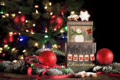 Natale che accoglie sui contenitori di regalo fotografia stock
