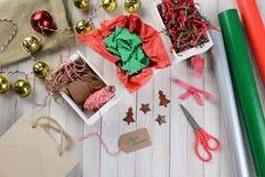 Natale che avvolge i rifornimenti Immagini Stock Libere da Diritti
