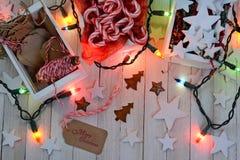 Natale che avvolge i rifornimenti e le luci Immagini Stock