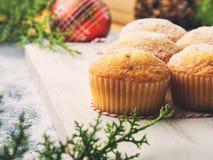 Natale che cuoce i muffin con lo zucchero a velo Fotografia Stock Libera da Diritti