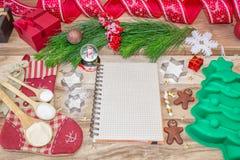 Natale che cuoce il fondo del dolce Un libro di ricetta con lo spazio del testo Ingredienti e strumenti per cuocere - farina, alb fotografie stock libere da diritti