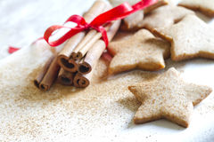 Natale che cuoce il fondo dell'alimento dei biscotti del pan di zenzero fotografie stock libere da diritti