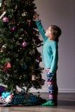 Natale che decora con i bambini Fotografie Stock Libere da Diritti