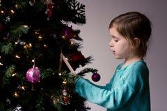 Natale che decora con i bambini Fotografia Stock Libera da Diritti