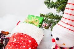 Natale che immagazzina con il contenitore di regalo ed il pupazzo di neve di natale Immagini Stock Libere da Diritti