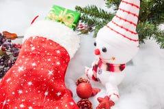 Natale che immagazzina con il contenitore ed il pupazzo di neve di regalo Fotografia Stock