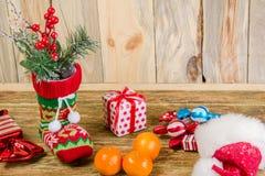 Natale che immagazzina supporto su una superficie di legno graffiata Da  Fotografie Stock