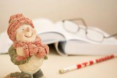 Natale che legge con il pupazzo di neve fotografia stock libera da diritti