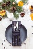 Natale che serve coltelleria con il tovagliolo, piatto Tabella servita per la C Fotografie Stock
