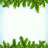 Natale che splende il fondo della neve con l'albero di abete Fotografia Stock Libera da Diritti