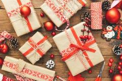 Natale con i contenitori di regalo e le decorazioni festive immagini stock