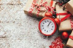 Natale con i contenitori di regalo e le decorazioni festive immagine stock