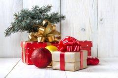 Natale con un contenitore di regalo su una tavola di legno Fotografie Stock Libere da Diritti