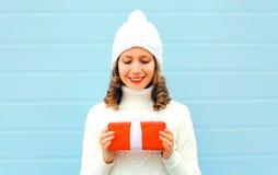 Natale, concetto della gente - la donna sorridente felice tiene il contenitore di regalo immagine stock libera da diritti