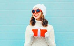 Natale, concetto della gente - la donna sorridente felice tiene il contenitore di regalo fotografie stock