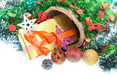 Natale Contenitore e decorazioni di regalo di Natale isolati su fondo bianco immagini stock libere da diritti